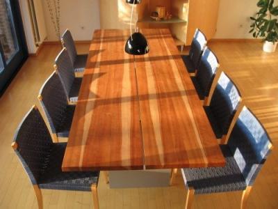 Hier sehen Sie eine Kundenanfertigung unter Mitgestaltung des Kunden. Nach Zuschnitt und Aushobeln des Rohholzes, wurden die Holzriegel gemeinsam zur Verleimung ausgewählt. So konnte der Kunde individuell sein eigenes, durch den Wuchs bedingtes Design festlegen.