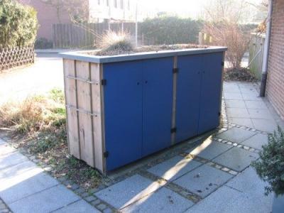 Hier ist die Müllbox in die Gartengestaltung integriert, Das Dach sowie die Wandfächen sind begrünt.