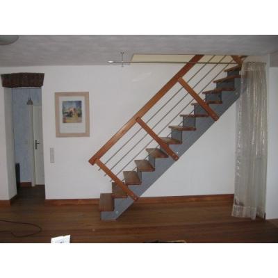 Diese Treppenanlage wurde aus Holz, in Stahlwangenoptik gefertigt. Handlauf und Stufen, wie auch der Fußboden sind aus massivem Lärchenholz hergestellt.
